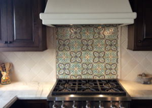 kitchen-back-splash-with-mirror-in-ceramic-tile